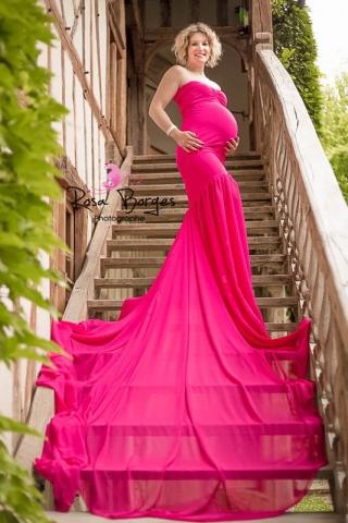 Séance photo : femme enceinte dans sa jolie robe volatile