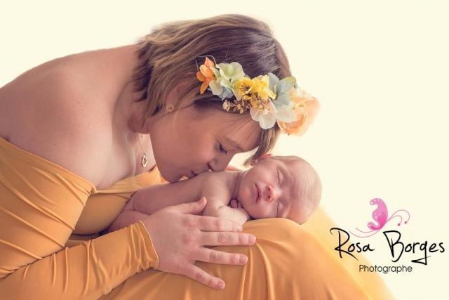 séance photo d'un nouveau-né avec sa maman
